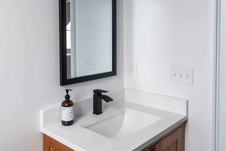 Baño con espejo (Andrea Davis Unsplash)
